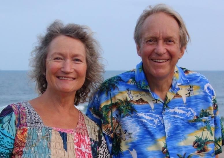 「んだっ茶屋」を主催するトマス・ロッドさんと妻のグレンダさん