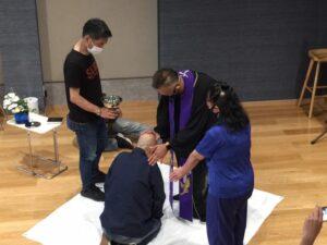 洗礼を受ける吉田さん